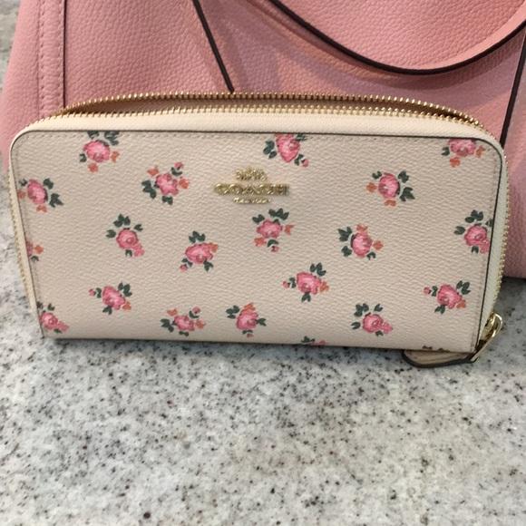 Coach Handbags - EUC Coach wallet